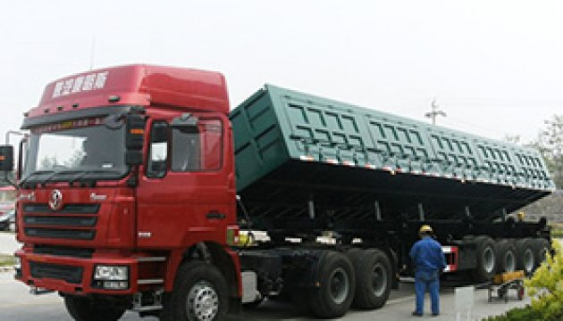 The Shacman heavy tractor is ready to start at the Chinese factory.